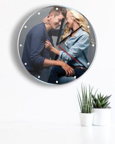 Ceas personalizat cu o poza model simplu.