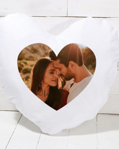 Pernă personalizată în formă de inimă cu poză și mesaj pe spate.